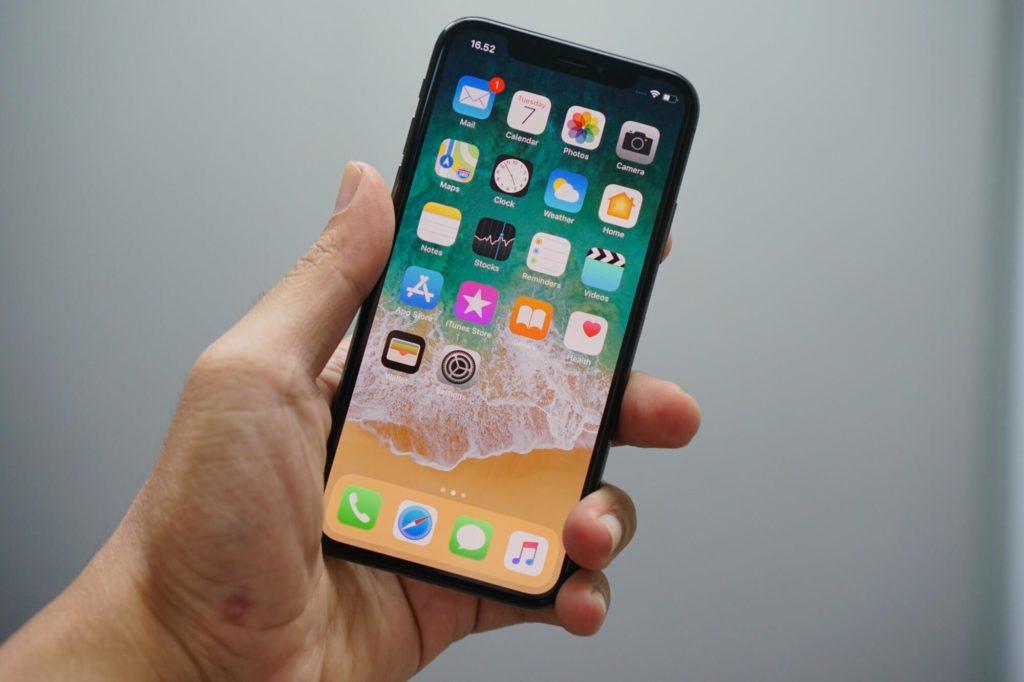 Telefon przedstawiający aplikacje mobilne na iOS