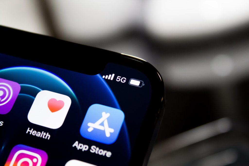 Smartfon posiadający aplikacje mobilne app store iOS